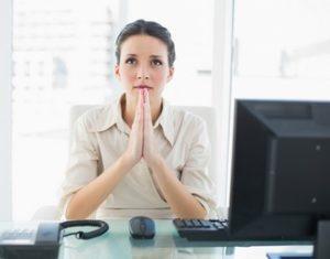mujer escribiendo carta presentación