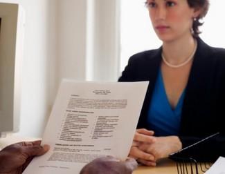 mujer entrevistada con una carta de presentación